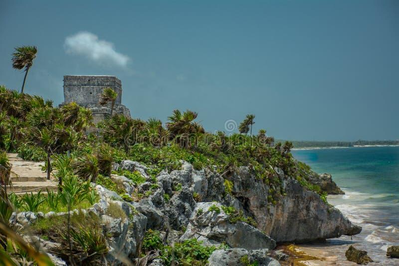 Las ruinas mayas antiguas por el océano en Tulum México imagenes de archivo