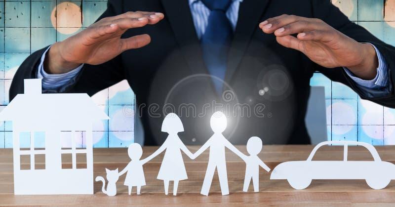 Las salidas cortadas de la familia y del coche de la casa con sirven las manos arriba libre illustration
