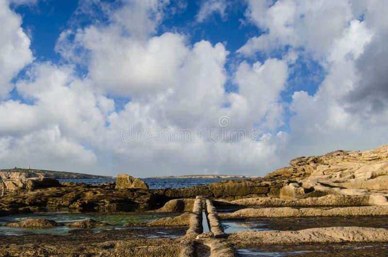 Las salinas salan las cacerolas de la extracción - San Pablo, Malta foto de archivo
