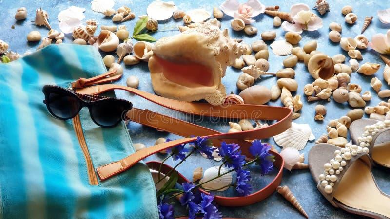Las sandalias blancas del teléfono de los sunglass del día de fiesta del mar del verano de los accesorios de las mujeres de la co imagen de archivo libre de regalías