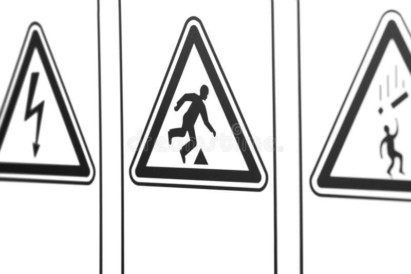 Las señales de peligro bajo la forma de triángulo imagenes de archivo