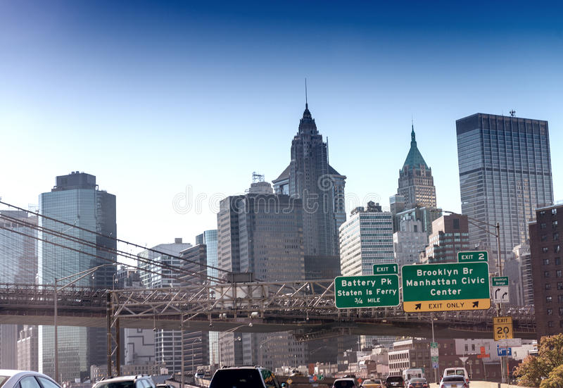 Las señales de tráfico y el horizonte de Nueva York en el FDR conducen, los E.E.U.U. foto de archivo libre de regalías