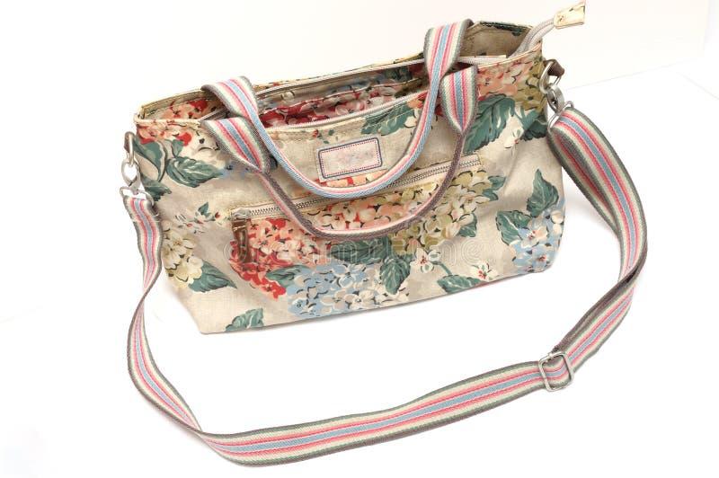 Las señoras coloridas lanzan el bolso con una honda con impresiones florales fotografía de archivo