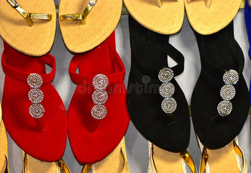 Las señoras cubren los deslizadores hechos de las sandalias con cuero la fotografía común fotografía de archivo libre de regalías