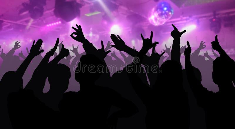 Las siluetas de la gente del baile delante de la etapa brillante se encienden ilustración del vector