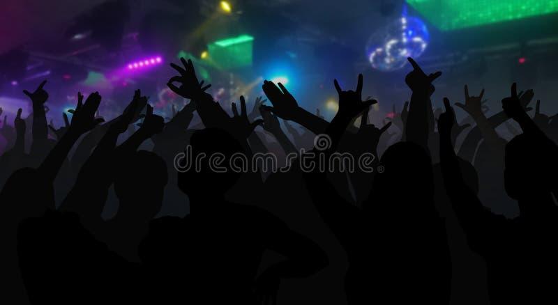 Las siluetas del concierto aprietan con las manos aumentadas en un disco de la música fotografía de archivo libre de regalías