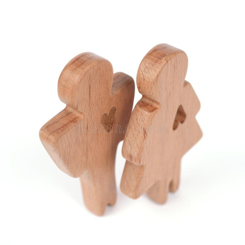 Las siluetas del hombre, de la mujer y del corazón cortaron dentro de las formas en un fondo blanco Pares felices en amor El varó foto de archivo