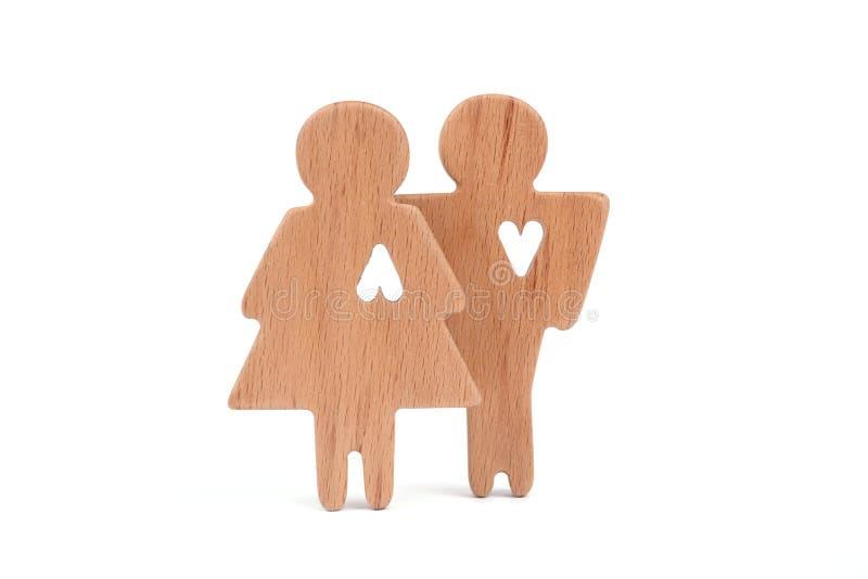 Las siluetas del hombre, de la mujer y del corazón cortaron dentro de las formas en un fondo blanco Pares felices en amor El varó imágenes de archivo libres de regalías