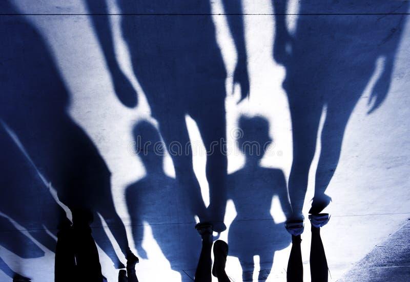 Las sombras borrosas de la gente que camina el verano promenade imagenes de archivo