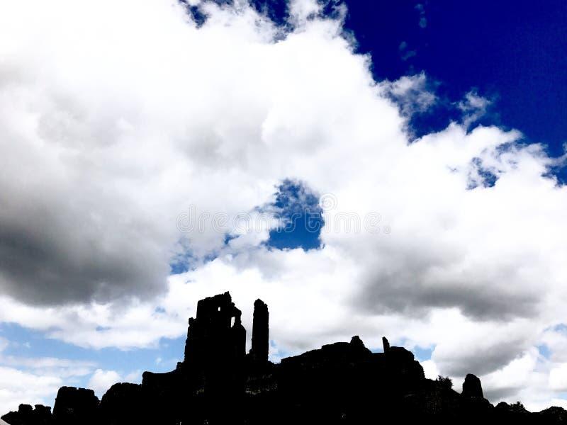Las sombras del castillo de Corfe imagen de archivo libre de regalías