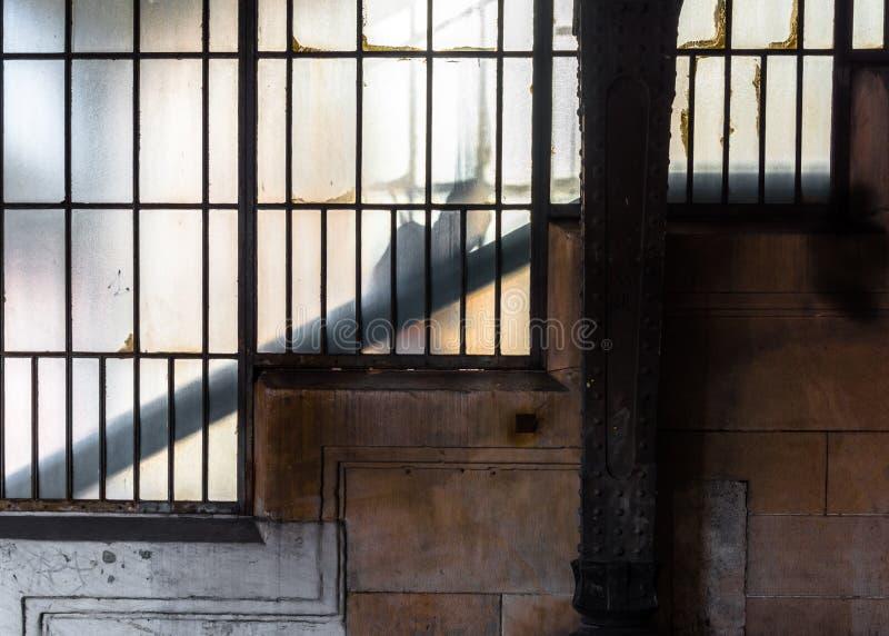 Las sombras misteriosas van encima de las escaleras fotografía de archivo libre de regalías