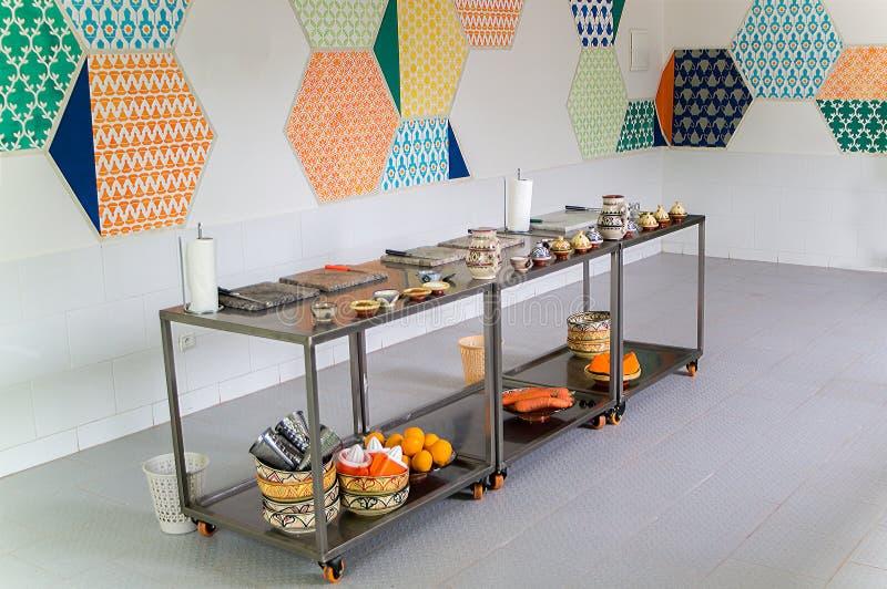 Las tablas movibles metálicas con las frutas, las verduras y la cocina uten imagen de archivo