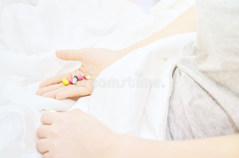 Las tabletas de la medicina están a mano fotografía de archivo