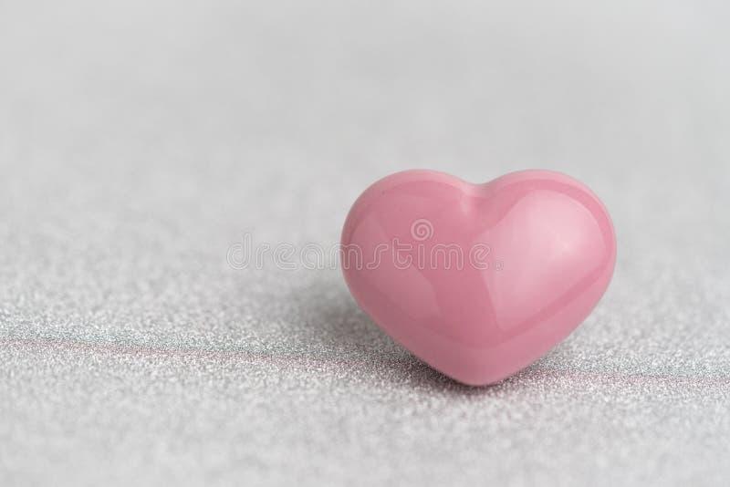 Las tarjetas del día de San Valentín cardan o fondo con forma rosada linda del corazón en glit imagen de archivo