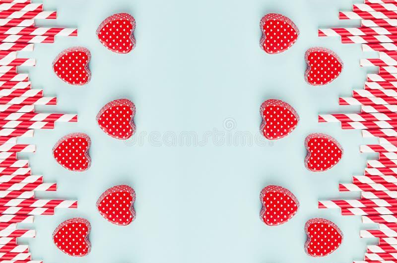 Las tarjetas del día de San Valentín rojas y la paja rayada en la menta colorean el papel como fondo festivo abstracto decorativo fotos de archivo