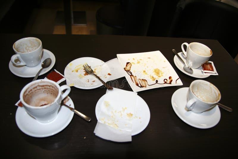 Las tazas bebidas vacian con café y el chocolate caliente, placas comidas vacia imagen de archivo