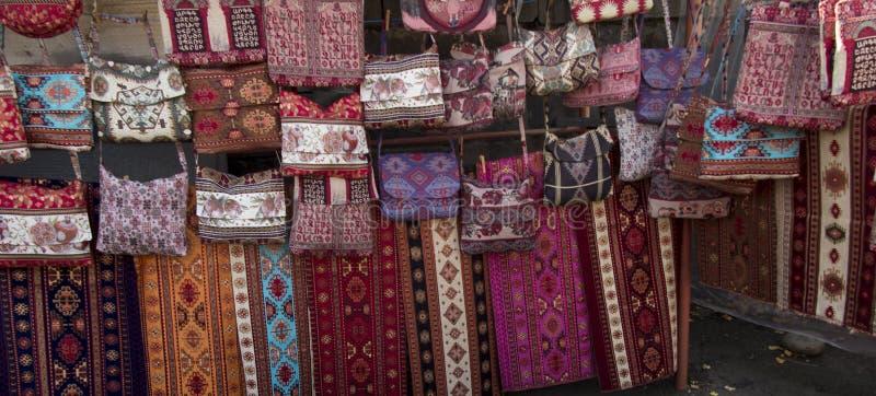 Las telas coloridas y otros productos populares en un borde de la carretera atascan ingenio fotos de archivo libres de regalías