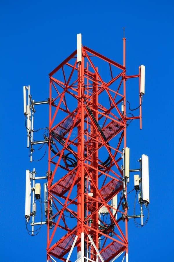 Las telecomunicaciones del polo de teléfono se elevan en fondo del cielo azul fotos de archivo