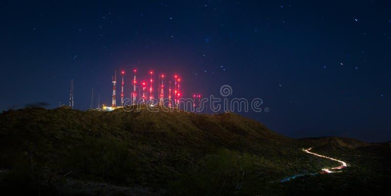 Las telecomunicaciones se elevan en la cima de la montaña del sur en Phoenix fotografía de archivo libre de regalías