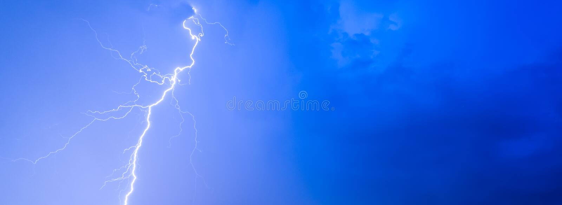Las tempestades de truenos truenan la lluvia cubierta del verano de las nubes del cielo nocturno del relámpago, panorama del fond fotografía de archivo libre de regalías