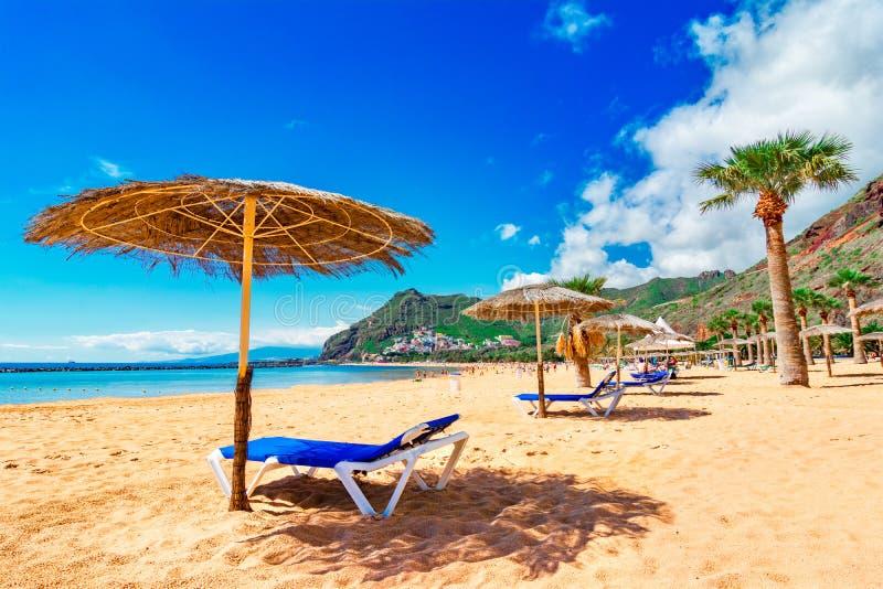 Las Teresitas, Ténérife, Îles Canaries, Espagne : Image scénique de plage de Las Teresitas et de village de San Andres photo stock