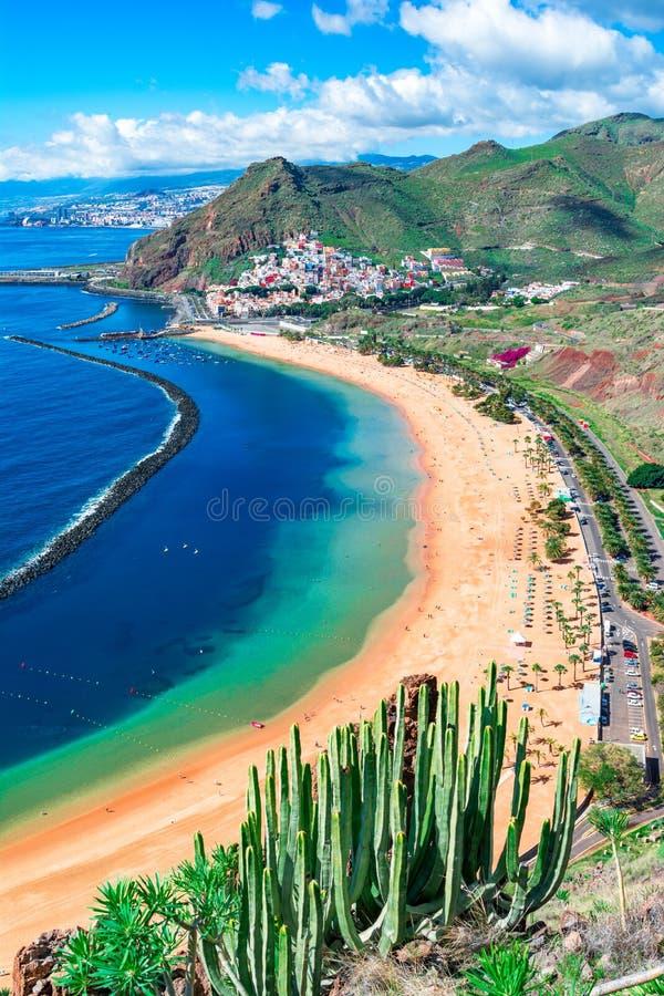 Las Teresitas, Ténérife, Îles Canaries, Espagne : Plage de Las Teresitas et village de San Andres photo stock