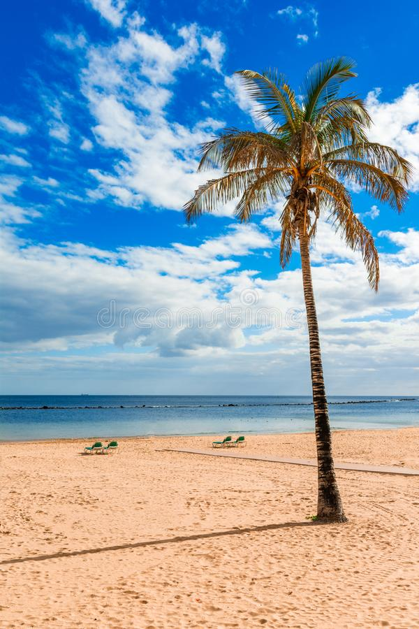 Las Teresitas, Tenerife, Canarische Eilanden, Spanje: Het strand van Lasteresitas en het dorp van San Andres stock foto's