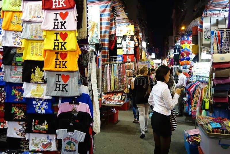 Las tiendas turísticas para el negocio valoraron la moda y la ropa de sport en Mong foto de archivo libre de regalías