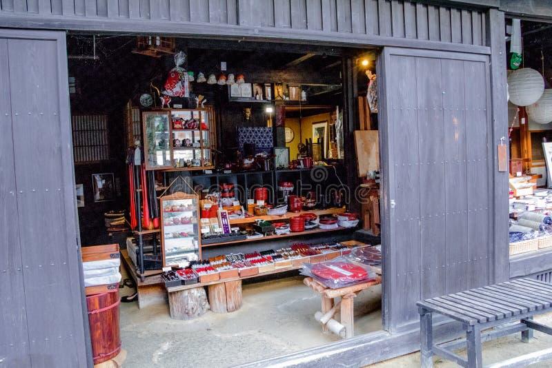Las tiendas y las tiendas tradicionales del valle de Kiso son la ciudad vieja o fotografía de archivo