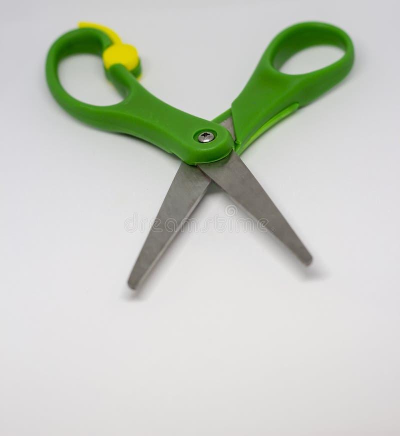 Las tijeras ponen verde las tijeras inoxidables de las herramientas imagen de archivo libre de regalías