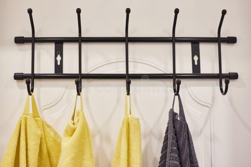 Las toallas coloridas cuelgan en una suspensión en el cuarto de baño libre illustration