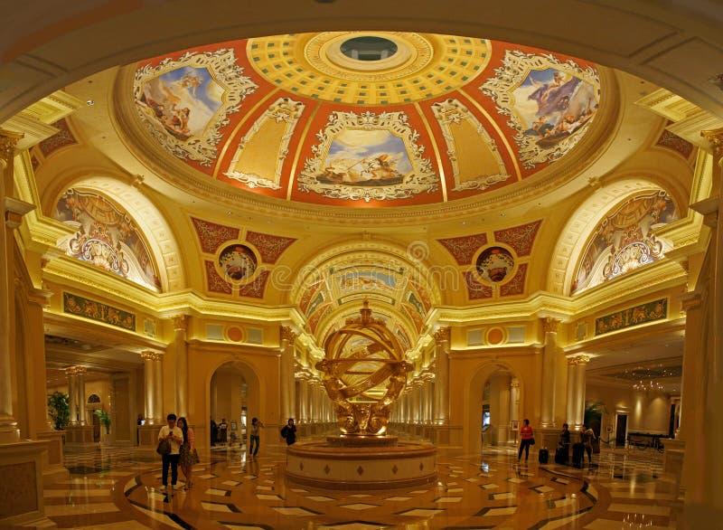 Las tonalidades de oro del vestíbulo de un casino en Macao modelaron en cultura y diseño italianos imagen de archivo libre de regalías
