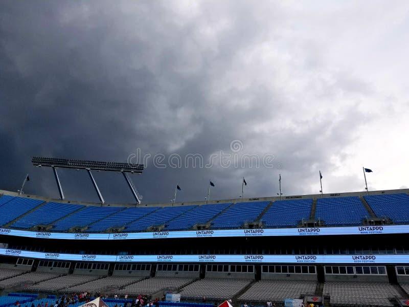 Las tormentas sobre las nubes de Carolina Panthers del Bank of America Stadium asaltan en el festival sin aprovechar de la cervez foto de archivo