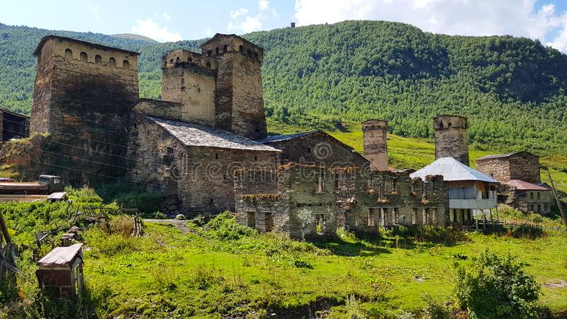 Las torre-casas del pueblo de Ushguli en Svaneti en Georgia imagen de archivo libre de regalías