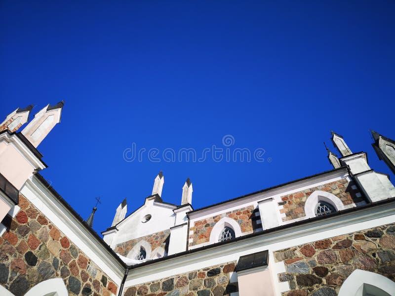 Las torres de la iglesia católica en el fondo del cielo imagen de archivo libre de regalías