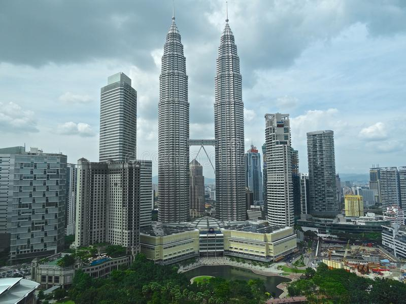 Las torres de Petronas y parque de KLCC, Kuala Lumpur imagen de archivo libre de regalías