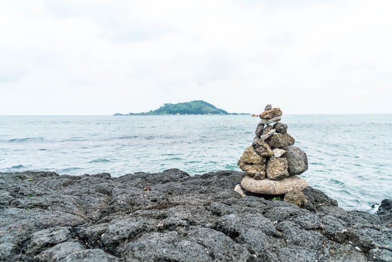las torres de piedra en rocas basálticas en Hyeopjae varan, isla de Jeju foto de archivo libre de regalías