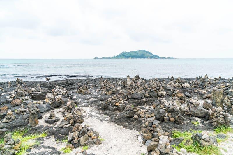 las torres de piedra en rocas basálticas en Hyeopjae varan, isla de Jeju foto de archivo