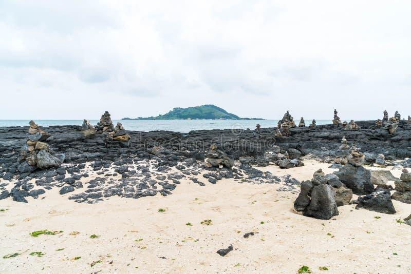 las torres de piedra en rocas basálticas en Hyeopjae varan, isla de Jeju imagen de archivo