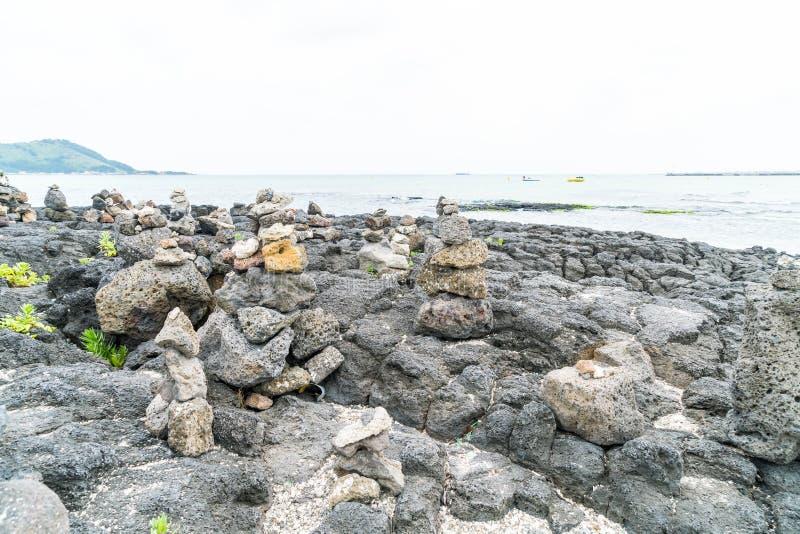 las torres de piedra en rocas basálticas en Hyeopjae varan, isla de Jeju imagen de archivo libre de regalías
