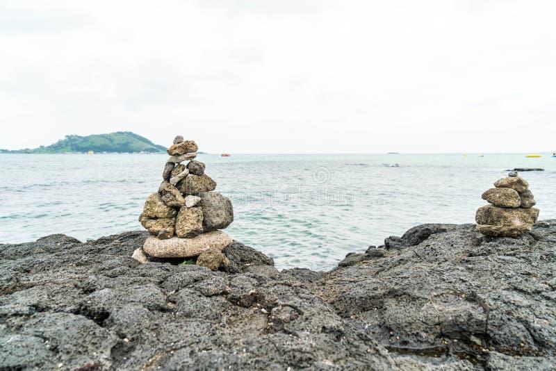 las torres de piedra en rocas bas?lticas en Hyeopjae varan, isla de Jeju fotos de archivo libres de regalías