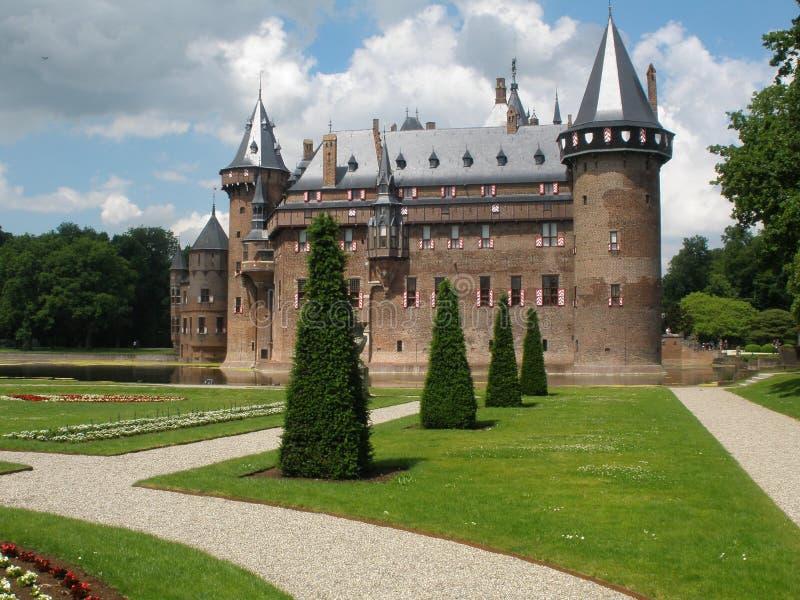 Las torres de un castillo llamaron el 'De Haar' y el jardín precioso que lo rodeaba en Utrecht imagenes de archivo