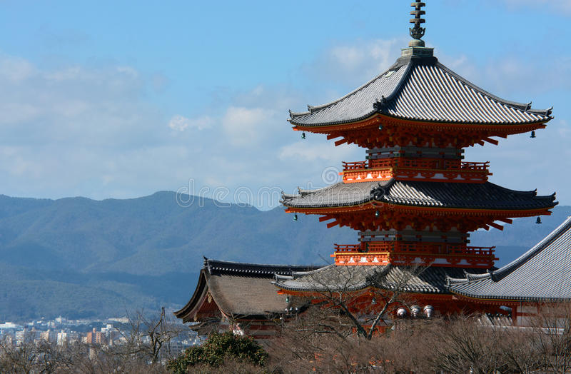 Las torres famosas del templo y de la pagoda de Kiyomizu-dera sobre la Kyoto ajardinan imagen de archivo libre de regalías