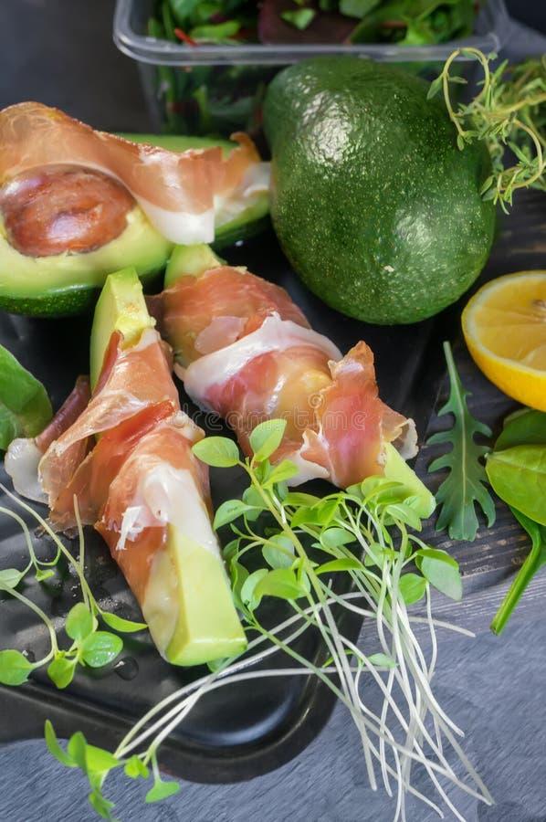 Las tostadas deliciosas del aguacate y del prosciutto con verde brotaron la mostaza imágenes de archivo libres de regalías