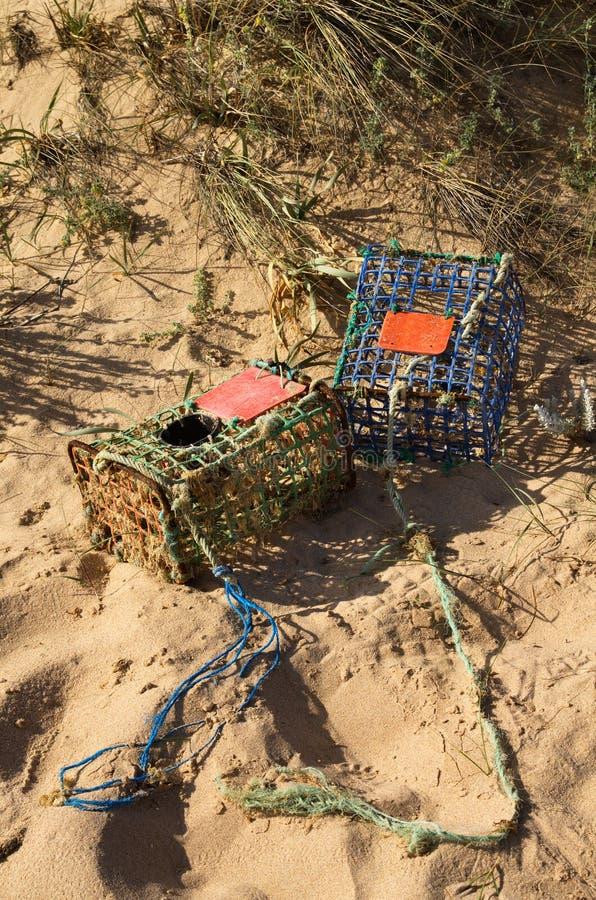 Las trampas del cangrejo en la playa eliminaron por la marea fotografía de archivo libre de regalías