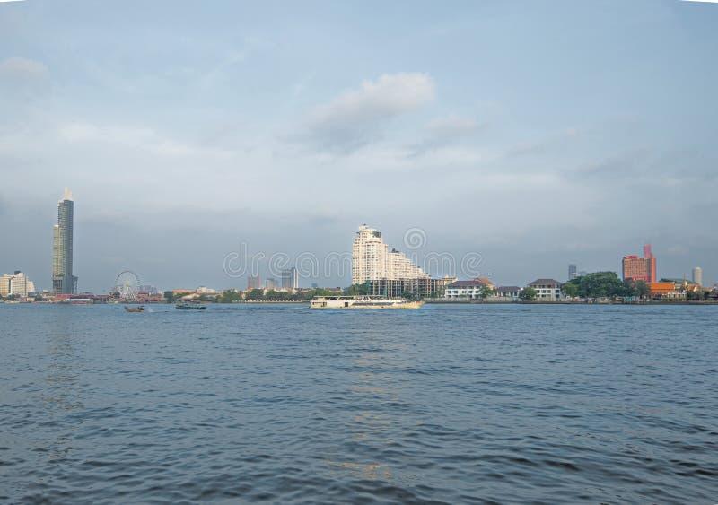 Las travesías del río en Chao Phraya proporcionan el acceso al lugar de las atracciones en Bangkok fotos de archivo libres de regalías