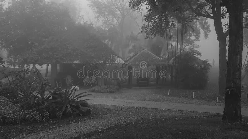 Las tres pequeñas chozas en la niebla imagen de archivo