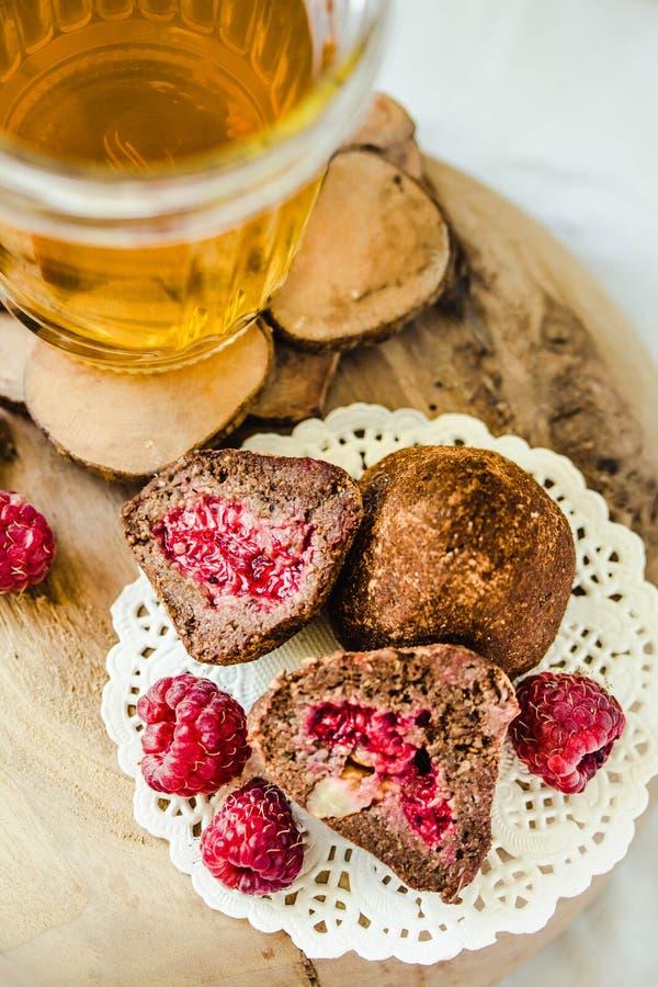 Las trufas de chocolate sanas hechas en casa del vegano con la frambuesa, las fechas, las escamas del coco y la avena rodada sirv fotografía de archivo libre de regalías