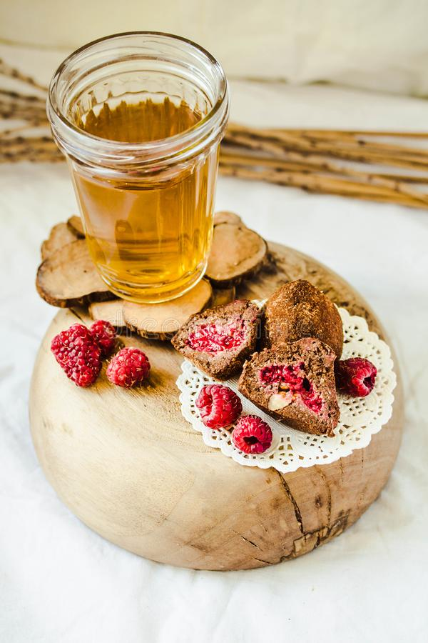 Las trufas de chocolate sanas hechas en casa del vegano con la frambuesa, las fechas, las escamas del coco y la avena rodada sirv foto de archivo libre de regalías