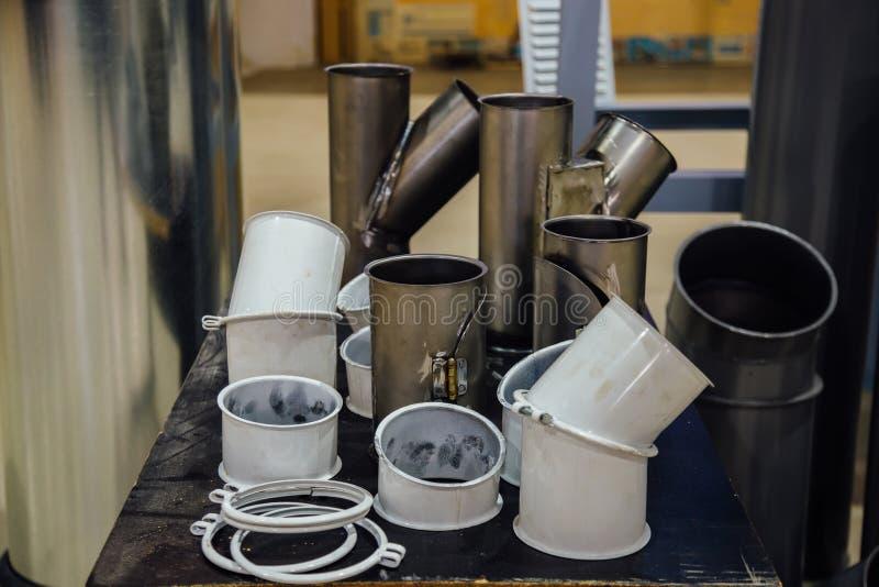Las tuberías de acero, los marcos, las cajas y otras piezas para la construcción de conductos del aire industrial condicionan el  imagen de archivo libre de regalías